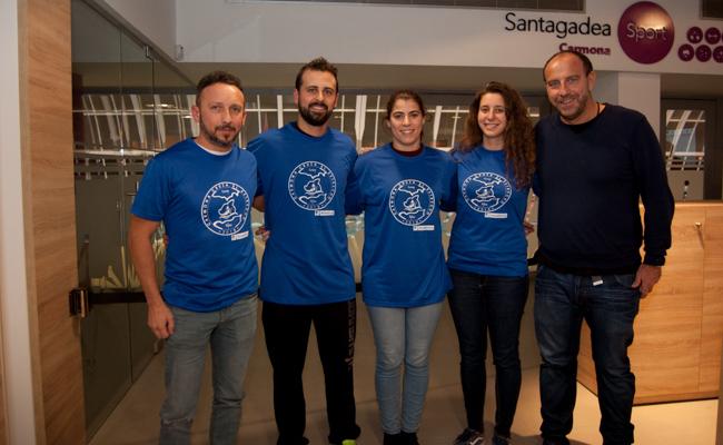 Los cuatro nadadores junto a Rafael Carmona, delegado de la Fundación Vicente Ferrer / L.A.