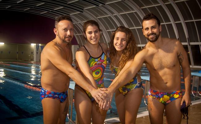 Rafael López, Ana Mancera, Isabel Fernández y Santiago Rojas en la piscina de Carmona / Foto: L. A.