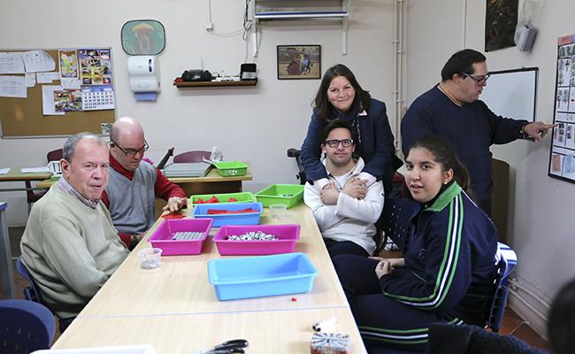 Usuarios de la fundación junto a Elena en un taller del centro de día ocupacional / Rocío Ruz