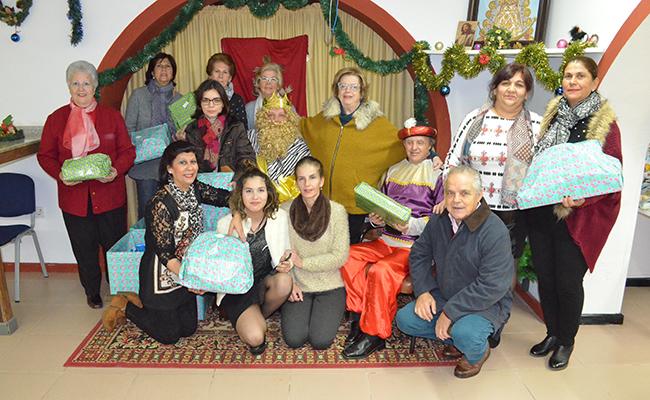 Los voluntarios de Cáritas de Santiago antes de comenzar la entrega de los juguetes