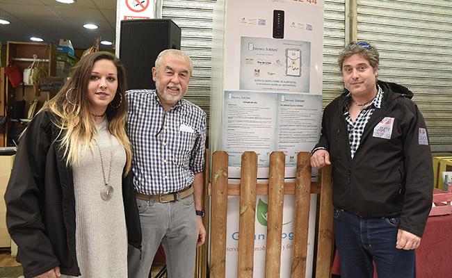 Ainhoa Crespo, de Nevera Solidaria; Paco Ávila, presidente de los comerciantes del mercado; y Álvaro Saiz, de Nevera Solidaria / Jesús Spínola
