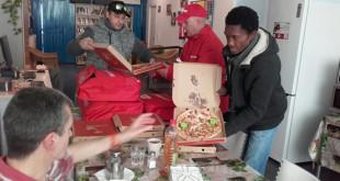 La entrega de pizzas por parte de Rais Fundacion / @RAISFundacion