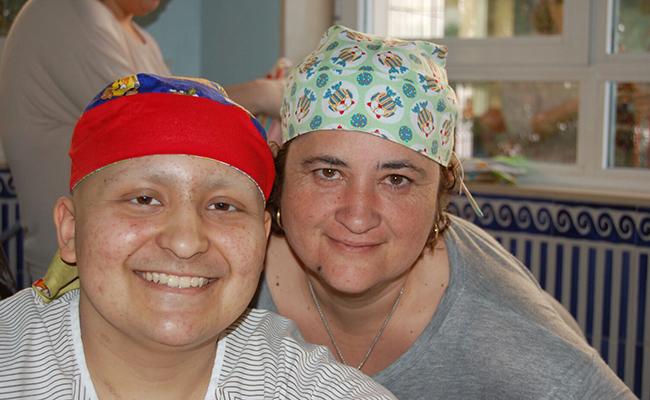 Alex junto a su madre