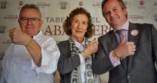 Juan Tamarit, maestro arrocero, Mª Luisa Guardiola, presidenta de Andex, y Edmundo Hernández, director de la Taberna del Alabardero, posan con las pulseras solidarias / Taberna del Alabardero