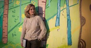 Blanca Parejo, directora de la fundación Alalá, frente al mural pintado por alumnos del taller de artes plásticas