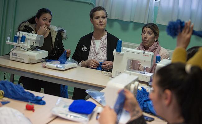 Rosa León atiende a sus alumnas / Vanessa Gómez