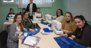 Las alumnas posan junto a su profesora en la sede de Alalá / Vanessa Gómez