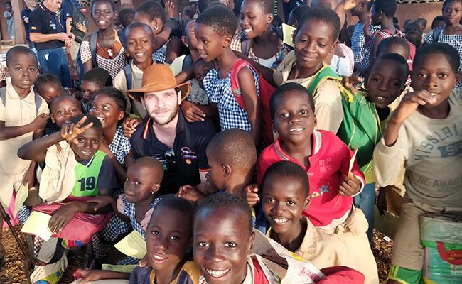 Andrés Ortíz rodeado de niños en Costa de Marfil