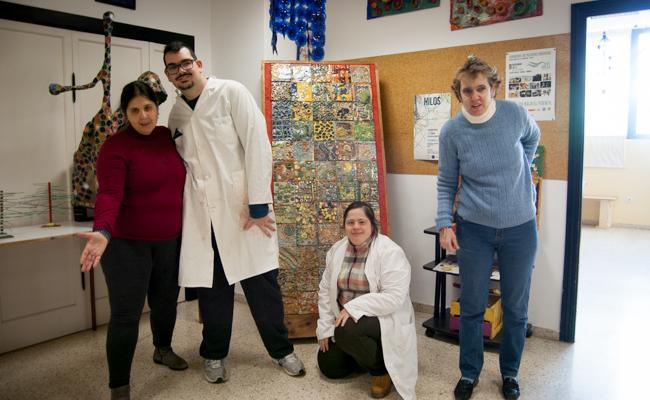Encarnación, Javi, Paula y Pilar posan junto a un mural de azulejos de cerámica / L.A.
