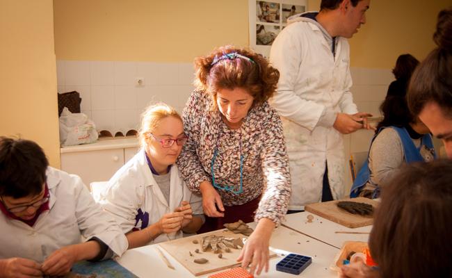Rocío Gallardo, orienta a una de las usuarias del taller