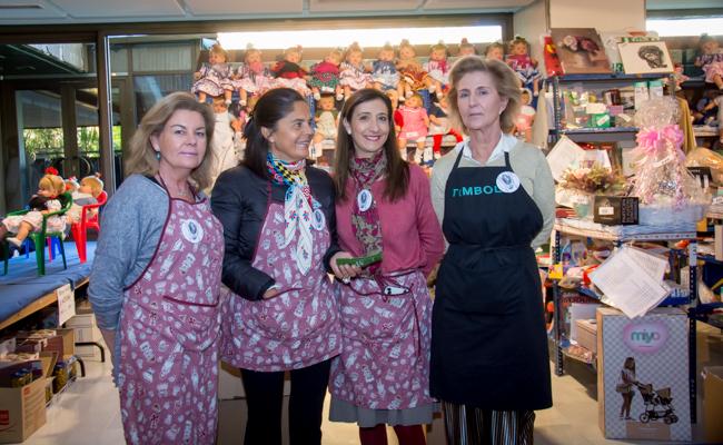 Rosa de Rioja, Leonor López, Geli Mora y Macarena Yñiguez posan en la tómbola