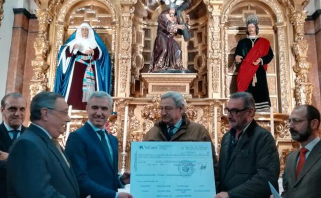 Momento de la entrega del donativo / Foto: Hermandad de La Candelaria