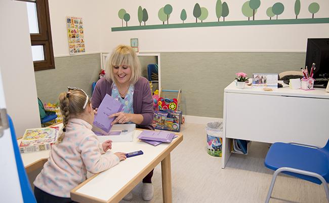 Una de las profesionales atiende a una niña en el Centro de Estimulación Precoz del Buen Fin / L.A.