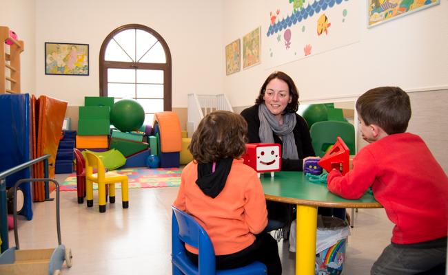 Isabel juega con sus hijos Vida y Paquito en la sala de psicomotricidad / L.A.