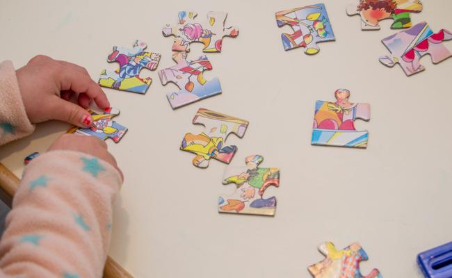 Una de las niñas beneficiarias monta un puzle / L.A.