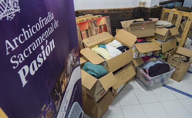 Cajas de ropa donada aún por clasificar / Juan José Úbeda