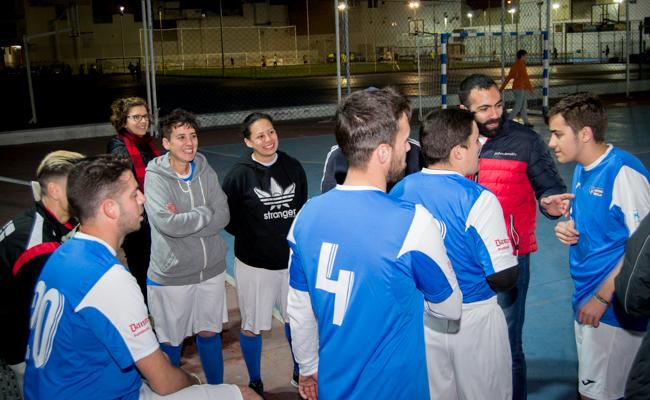 José Antonio atiende las instrucciones del entrenador en el descanso