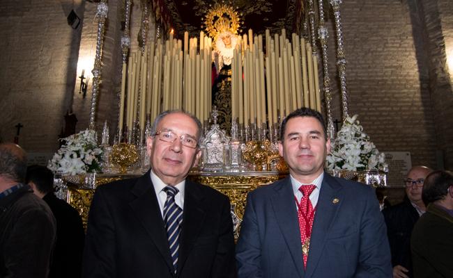 El doctor Përez Bernal y el doctor Roncero posan ante la Virgen del Buen Fin con el cirio por los donantes encendido / L.A.