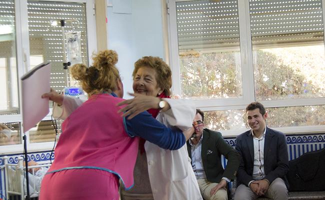 Yupita abraza a la doctora Álvarez en su espectáculo / L.A.