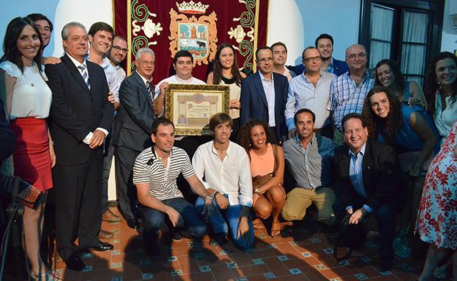 Los integrantes de la asociación utrerana Aldaba, recibiendo el Mostachón de Oro