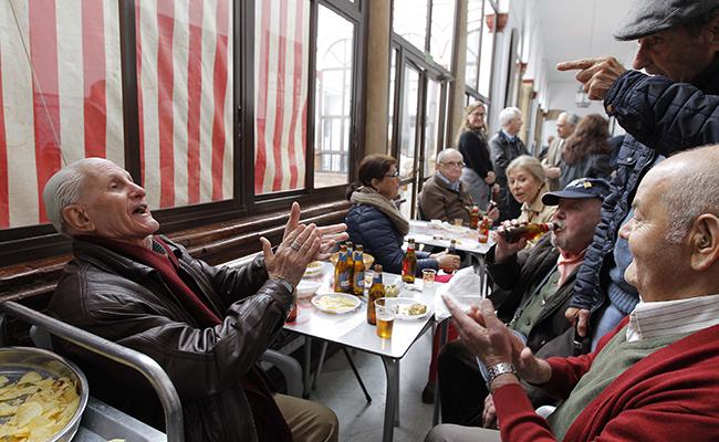 Eulogio se arranca a cantar frente a sus compañeros / Raúl Doblado