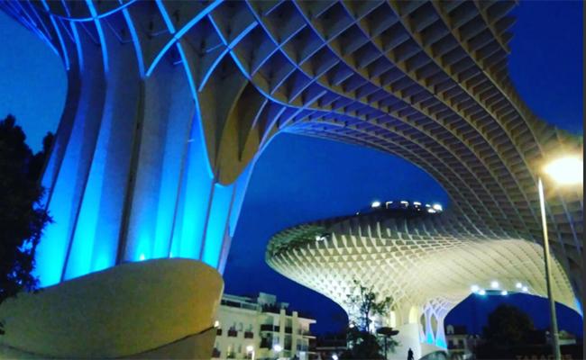 Metropol Parasol se iluminó de azul por el Día Mundial del Autismo / Autismo Sevilla