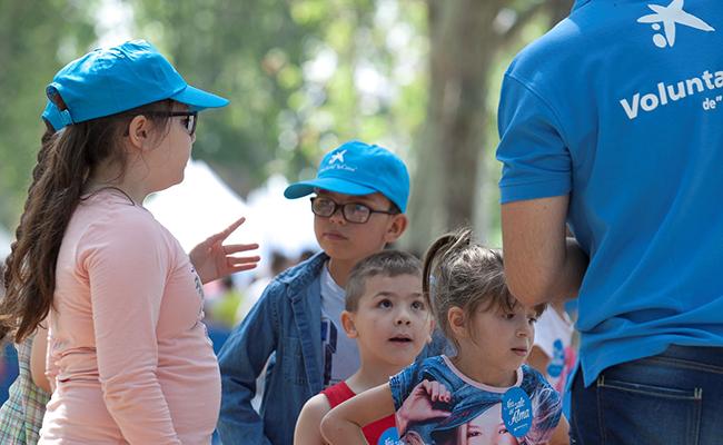 NIños participan en una jornada lúdica con voluntarios de La Caixa