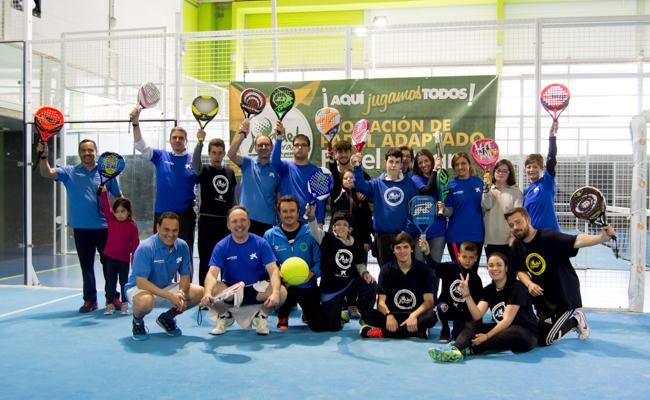 Empleados de la Caixa posan en el Club Santé junto a voluntarios, técnicos y usuarios de Pádel Integra / L.A.