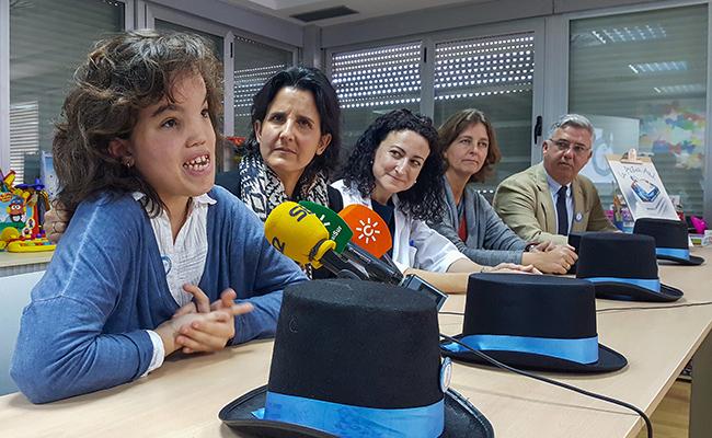 Rocío Troya, junto a la presidenta de la Fundación El Gancho, Marta Baturone, y la directora del Hospital Virgen del Rocío, Nieves Carrasco / Foto: Juan José Úbeda.