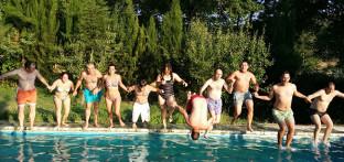 Usuarios de Paz y Bien disfrutan de la piscina en Galaroza