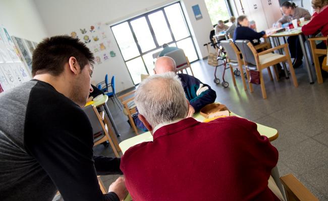 37 personas con alzheimer acuden cada mañana a la asociación / L.A.