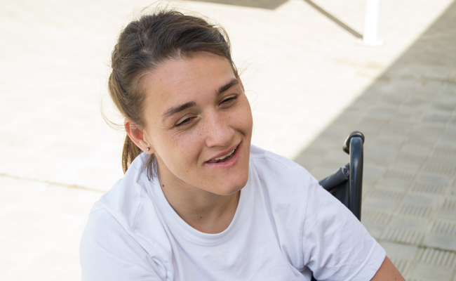 Cristina, usuaria de Aspace, practica boccia por entretenimiento