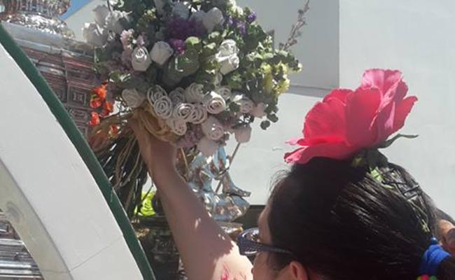 Desde la fundación entregan un ramo al Simpecado a su paso por la residencia de adultos / Fundación Nuestra Señora del Rocío de Triana
