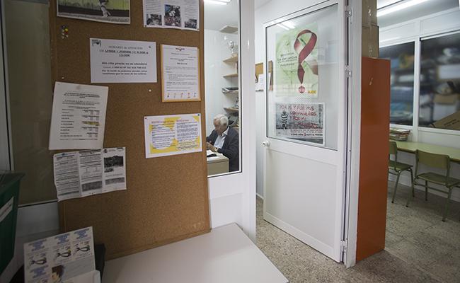 El presidente de la Asociación Rompe tus Cadenas, Francisco Rodriguez, atiende a Sevilla Solidaria. FOTO: MJ LOPEZ OLMEDO