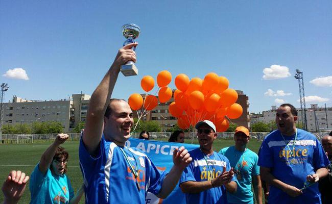 Sergio sostiene una copa en el torneo de fútbol