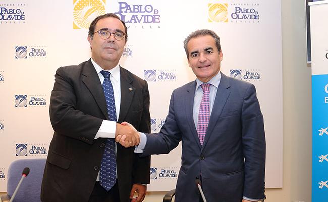 El rector de la Olavide, Vicente Guzmán Fluja, y el director territorial de CaixaBank en Andalucía Occidental, Rafael Herrador Martínez