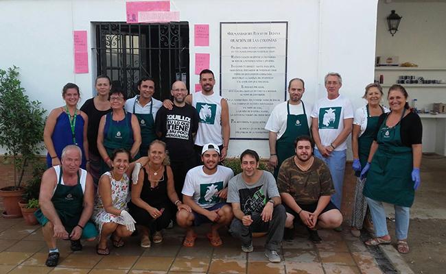 Justo, el primero agachado desde la izquierda, posa con un grupo de voluntarios en El Rocío
