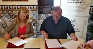 Firma del acuerdo entre la alcaldesa Ana Isabel Jiménez y el responsable de AFAR, Manuel Ángel Cano