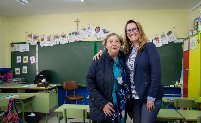 Amalia Rodríguez, antigua profesora del centro, y Noelia Pérez, tutora de primero / L.A.