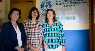Patricia Loring, presidenta de la Asociación Amigos del Colegio Corpus Christi, junto a Rocío Clapes y Rocío Soto, voluntarias / L.A.