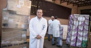 José Cárdenas, hermano superior del Hospital San Juan de Dios del Aljarafe, durante la carga del primer contenedor que el centro envía a África FOTO: VANESSA GOMEZ