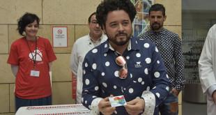Rafael de Utrera recogiendo su carné de donante de órganos