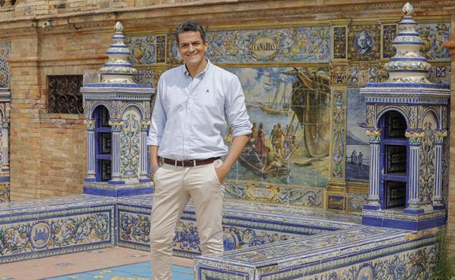 El autor del libro, Roberto Arrocha, en la Plaza de España. FOTO : Raúl Doblado