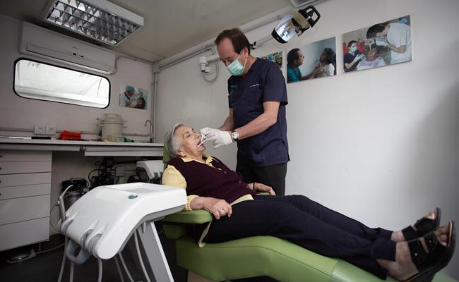 El doctor Antonio Castaño Séiquer atiende a una residente de la parroquia / Vanessa Gómez