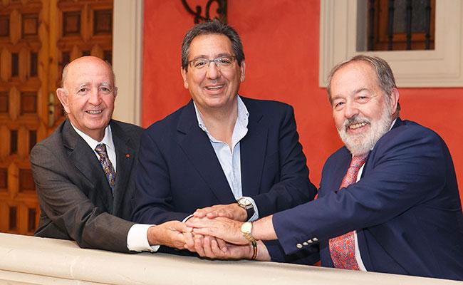 Antonio Pulido,  Jesús Mejías y Alfonso Carmona tras la firma