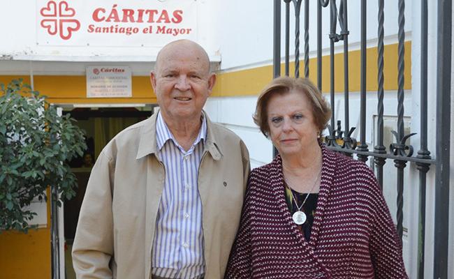 Sebastián y Consuelo en la sede de Cáritas de Santiago en Utrera