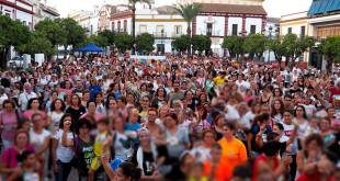 Muchos de los participantes en la marcha reunidos en la plaza de España   A. H.