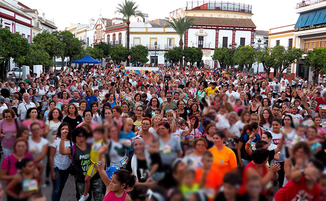 Muchos de los participantes en la marcha reunidos en la plaza de España | A. H.