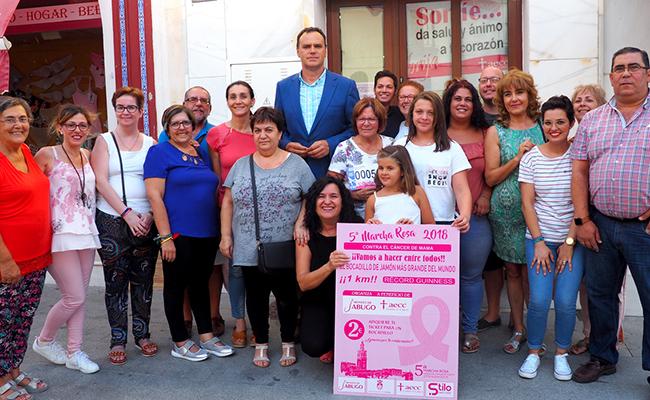 El alcalde, miembros de la junta local de AECC y representantes de Montes de Jabugo durante la presentación de la campaña de la V Marcha Rosa