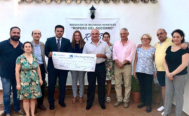 Representantes de la Caixa y de la Hermandad de Jesús Nazareno de Alcalá
